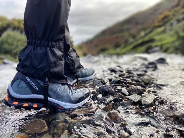 تبلیغ کفش کوه در آب و سنگ