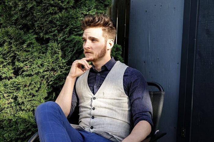 نشسته (روی صندلی زاویه دار)