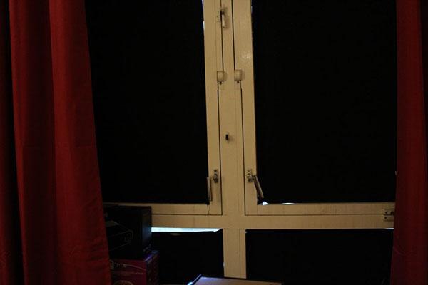پوشاندن پنجره برای مسدود کردن نور در استاپ موشن